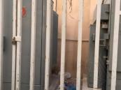 """بالصور… حينما تتحول """"غرف الكهرباء"""" لمكبّ نفايات!!"""