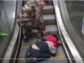 شاهد… إنقاذ طفل علقت يداه في سلم كهربائي!!