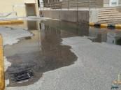بالصور .. طفح المجاري يخنق مراجعي مستشفى الملك فهد بالهفوف .