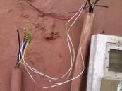 بالصور… موظف شركة الكهرباء يذهل الأهالي بإستهتاره