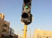 بالفيديو… ويتواصل الاستهتار… في الهفوف مواطن يحطم إشارة المرور بحجر