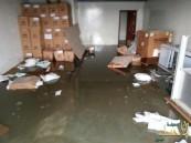 """بالصور .. الغرق يضرب بالمستلزمات الطبية في """"برج الطوارئ"""" بالأحساء والخسائر فادحة"""