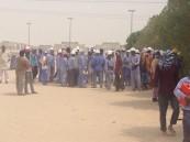 """بالصور..  إحتجاج أكثر من 300 موظف في شركة أهلية لـ""""تأخر رواتبهم"""" في الأحساء"""