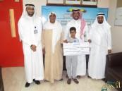 """بالصور.. الطفل """"المهنا"""" يتسلم شيك بـ50 ألف ريال هدية الشيخ """"عبدالعزيز الموسى"""""""