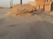 """بالصور.. صخرة تعترض شارع رئيس في """"طرف"""" #الأحساء!"""