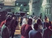 الأمن يحاصر حياً في #سيهات بحثاً عن مجهولين طعنا شاباً بأحد المساجد