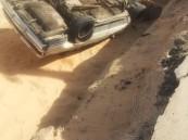 """بالصور.. """"حفرة"""" تبتلع سيارة وتصيب اثنين.. وتحذيرات من خطورتها على المواطنين"""