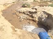 بالفيديو والصور.. شركة مقاولات تُهدر المياه في الشوارع والحي يشتكي شُحها !!