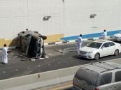 """بالصور… انقلاب الـ""""GMC"""" في النفق يسبب حادث لـ""""4 سيارات"""" وإصابة خطرة"""