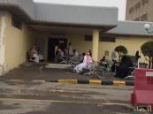 """بالصور.. مراجعي عيادات مستشفى الملك فهد بالهفوف تحت زخات المطر في """"الانتظار"""" !!"""