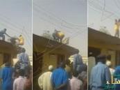 بالفيديو.. شاب سوداني يحاول الانتحار ويتسبب في سقوط رجل أمن