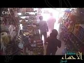 بالفيديو… مسدس وساطور في سطو مسلح على بقالة في الشرقية