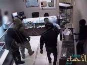 شاهد.. سطو مسلح على متجر مجوهرات داخل مركز تسوق !