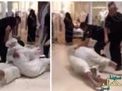 بالفيديو.. مشاجرة ساخنة بين شخصين في مركز تجاري بالكويت