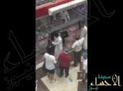 شاهد.. فوضى ودماء في أحد المطاعم بسبب مضاربة جماعية بين الزبائن والعمال