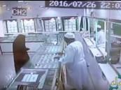 """شاهد.. امرأة تنفِّذ عملية سطو مسلح على محل ذهب بمحافظة """"العيص"""""""