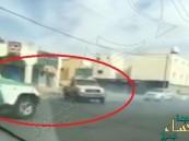شاهد… لحظة مباغتة دورية أمنية لسيارة تمارس التفحيط !!