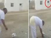 بالفيديو.. مسن سعودي يستعرض مهارة فريدة بالكرة على طريقة #بيكهام !!