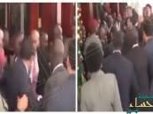 """شاهد.. اشتباك عنيف بين حرس """"السيسي"""" وحرس """"الرئيس الأوغندي""""!!"""