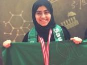 """بنت الأحساء """"رباب"""" تحصد ميدالية الأولمبياد الدولي للناشئين وتعود من إندونيسيا"""