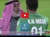 شاهد.. حارس مرمى يشتبك مع لاعب سبه بأمه وموقف مفاجئ مع والده وسط الملعب!!