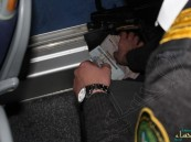 جمرك البطحاء يُحبط تهريب 155 ألف ريال مخبأة داخل محرك حافلة