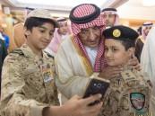 """كيف التقى """"محمد الأمن"""" أبناء الشهداء .. وهذا موقفه عندما تسلَّم ورقة من أحدهم!"""