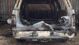 """بالصور… حريق يلتهم سيارتين في غمضة عين في """"عيون"""" الأحساء"""