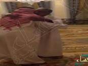 """شاهد.. هكذا استقبل """"الأمير مقرن بن عبدالعزيز"""" """"ولي ولي العهد"""" في منزله"""