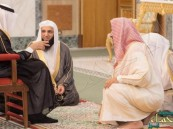صورة عفوية.. خادم الحرمين يتحدث مع عدد من المشايخ بعد الصلاة