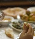 لماذا يزيد الوزن في رمضان رغم الصيام ؟ إليكم نصائح خبراء التغذية