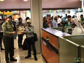 جوازات مطار الأحساء تعايد على المسافرين بتقديم الهدايا والحلويات