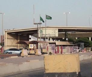 """شاهد… آخر مركبة قطرية تغادر منفذ """"سلوى"""" الحدودي تنفيذاً لقرار المقاطعة"""