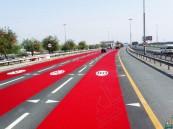 """""""طرق دبي"""" تبدأ تجربة صبغ شوارع تخفيض السرعة باللون الأحمر"""