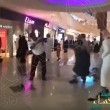 """بالفيديو .. مجمع تجاري في #الأحساء يتحول إلى حلبة """"مصارعة""""..!!"""