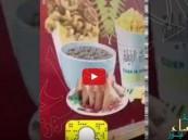 بالفيديو.. مواطن يوثِّق كارثة صحية في عربة أطعمة متنقلة بالخرج !