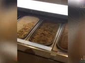 شاهد.. في #الأحساء: أيس كريم الصراصير في محل شهير !!!