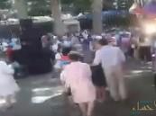 """بالفيديو.. شجرة """"تباغت"""" مشاركين بمهرجان ديني وتقتل 12 شخصًا"""