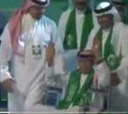 شاهد.. الفنان أبو بكر سالم يفاجئ الجمهور ويغني من على كرسيه المتحرك