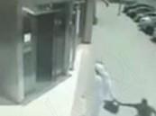 سائق دباب يفشل في نشل حقيبة مواطن من يده أمام بنك بالرياض