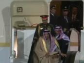 """شاهد.. رد فعل سريع من """"الفغم"""" عند تعطل السلم الكهربائي أمام الطائرة المقلّة للملك"""