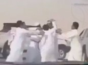 بالفيديو .. أصحاب الابل المعتدين على المواطن بطريق الأحساء – الرياض في قبضة الأمن