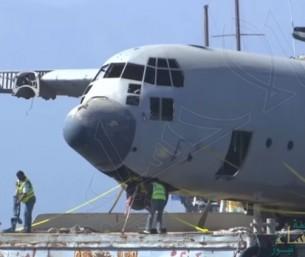 شاهد.. الأردن يغرق طائرة عسكرية ضخمة في خليج العقبة!!