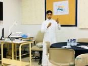 """في ثانوية """"الفيصلية"""".. طالب يدرب زملائه على فنون الرسم"""