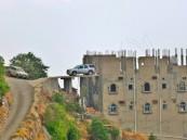 سعودي يبتكر موقفاً خطيراً لسيارته أعلى قمة الجبل !!