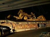 """بالصور.. اصطدام شاحنة بـ""""كوبري العيون"""" يكشف مدى كارثية الإهمال !!"""