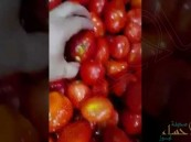 """شاهد… مطعم بالسعودية يستخدم خضراوات """"متعفنة"""" لوجبات الزبائن!!"""