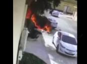 بالفيديو.. شاب يخاطر بنفسه لينقذ سيارة من الاحتراق في الخرج
