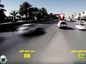 """بالفيديو… تجربة تكشف """"عشرات المخالفات"""" بأحد الشوارع خلال """"15"""" دقيقة !!"""