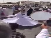 بالفيديو.. أتراك يمارسون طقوساً صوفية أمام مسجد قباء بالمدينة المنورة